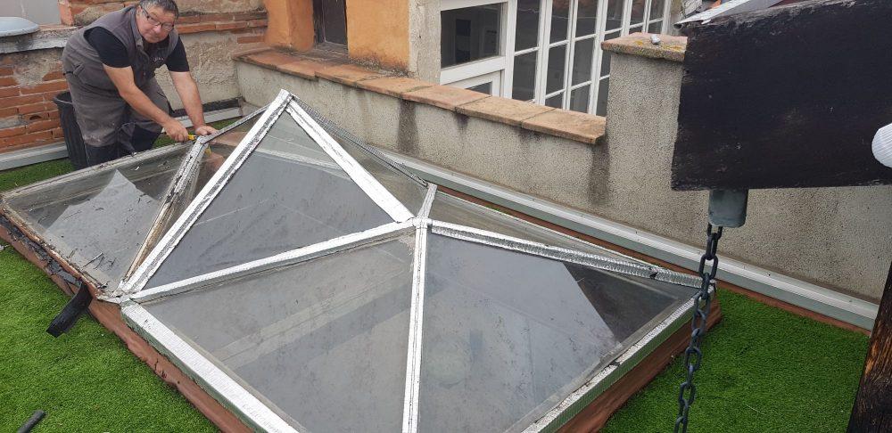 veriére de toit usée par les années.